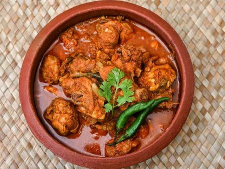 Кавърма с пилешки бутчета, праз лук, гъби, червена чушка и домати печена на фурна в гювечета - снимка на рецептата